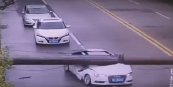 चलती कार पर गिर गई क्रेन फिर भी बच गया ड्राइवर, दिल दहला देगा वीडियो