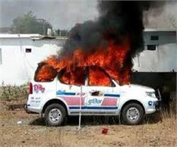 डॉयल 100 की गाड़ी ने टैम्पो को मारी टक्कर, आक्रोशित भीड़ ने लगाई पुलिस वाहन में आग