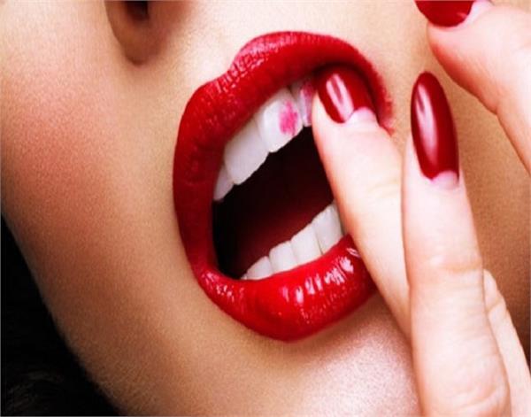 आपकी भी दांतों पर फैल जाती है Lipstick तो ट्राई करें ये टिप्स