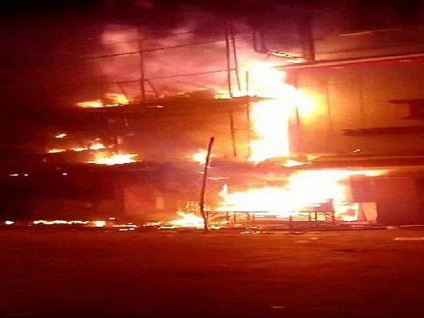 आग का तांडव: देखते ही देखते जलकर खाक हो गया 2 मंजिला मकान