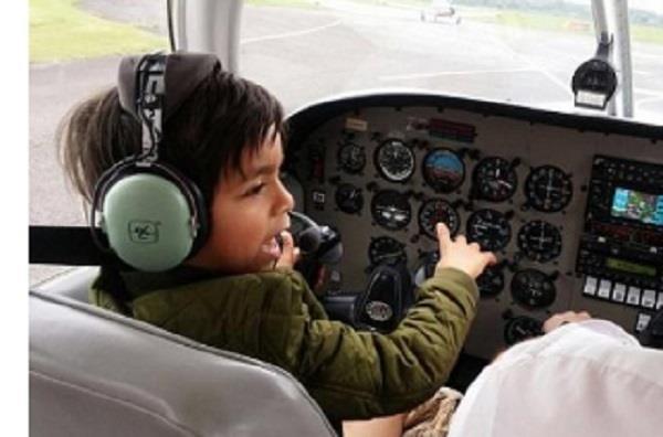 7 साल का बच्चा उड़ाता है प्लेन, मिला सबसे युवा पायलट का खिताब