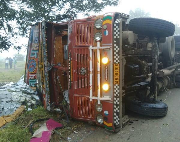 महाराष्ट्र: हाईवे पर पलटा ट्रक, 11 लोगों की मौत व 15 घायल