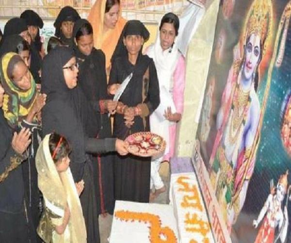 राम की आरती करने वाली महिलाओं पर भड़के दारूल उलूम, इस्लाम से किया खारिज