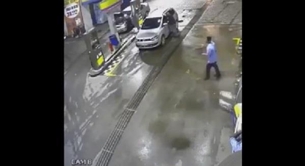 खौफनाक वीडियोः पंप पर उतरा पैट्रोल भरवाने, अचानक कार सहित बच्चों के उड़ गए परखच्चे