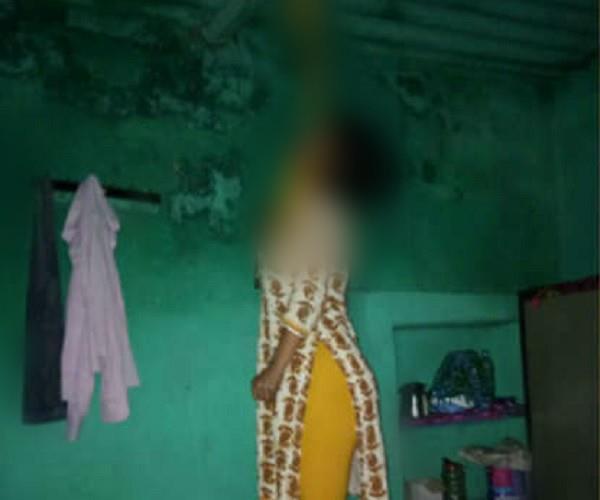 महिला की संदिग्ध परिस्थितियों में फंदे से लटकती मिली लाश, जांच में जुटी पुलिस