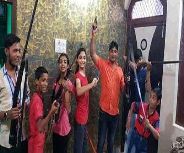 बच्चों के हाथ में बंदूकें थमाने वाले हिंदू युवा वाहिनी के जिलाध्यक्ष पर मामला दर्ज