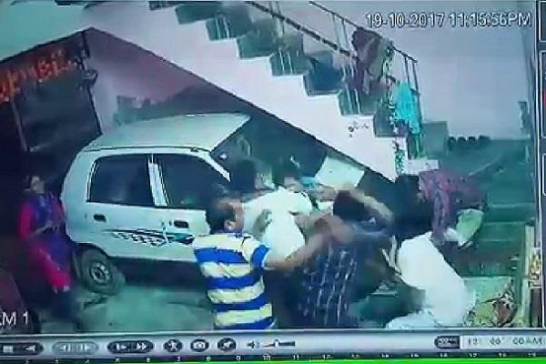 CCTV में कैद हुई दबंगों की दबंगई, कर दी पत्रकार की धुनाई
