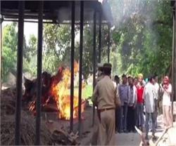 देवरिया हत्याकांडः मृत लोगों का 53 घंटे बाद किया गया अंतिम संस्कार