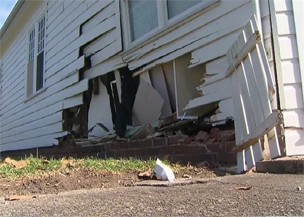 दीवार तोड़ घर में घुस गई कार, बाल-बाल बचा दम्पति