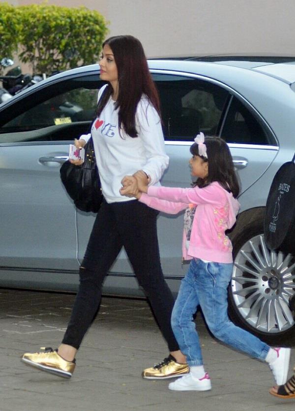 कैजुअल लुक में बेटी अराध्या के साथ दिखाई दी Aishwarya