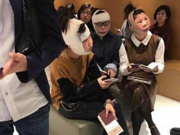 प्लास्टिक सर्जरी करवाने वाली चीनी महिलाएं हवाई अड्डे पर फंसी