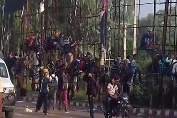 जबलपुर में भर्ती देखने आए युवकों का तांडव, स्टेशन पर फाड़े पोस्टर की आगजनी