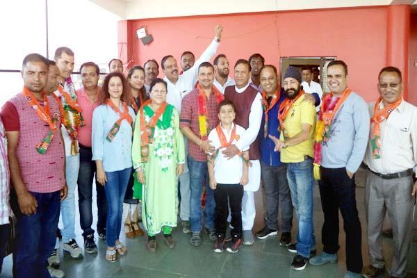 चुनावी समर में कांग्रेस को एक और झटका, पूर्व विधायक का परिवार भाजपा में शामिल