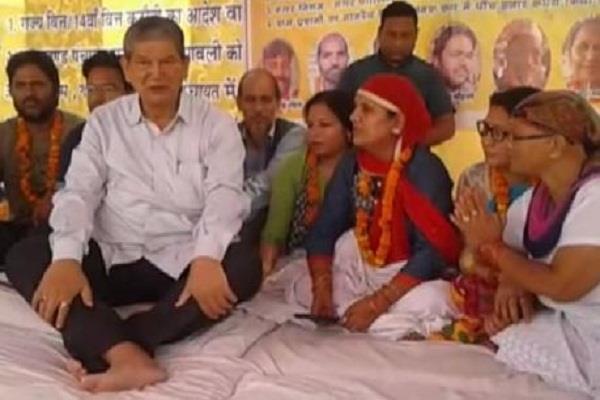 ग्राम प्रधानों का सरकार के खिलाफ प्रदर्शन, पूर्व मुख्यमंत्री ने किया समर्थन