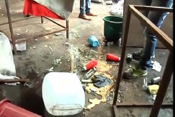मनसे कार्यकर्ताओं ने ठाणे स्टेशन पर फेरीवालों को पीटा