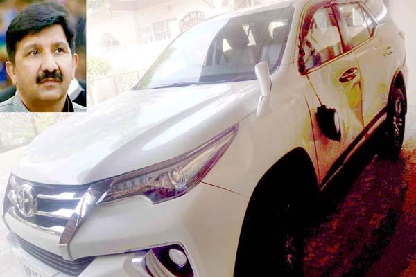 घर लौट रहे उद्योग मंत्री के साथ हुआ हादसा, कंधे पर आई चोट