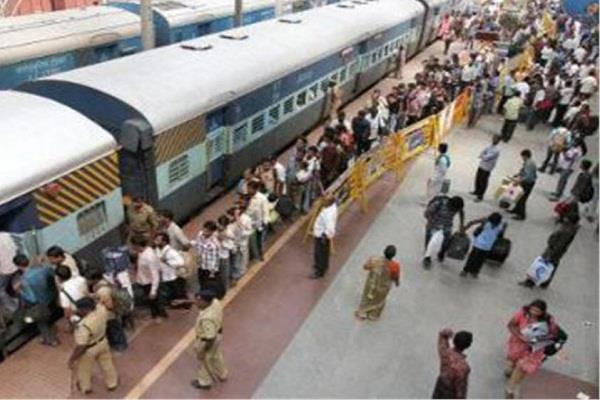 स्टेशन पर खड़ी महिला को रेलवे ने दिया 500 रुपए, वजह कर देगी हैरान