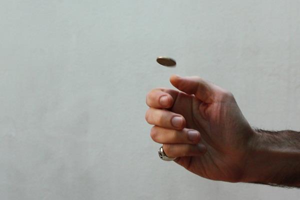 आस्था या अंधविश्वास: सिक्के उछाल कर जानना जीत होगी या हार