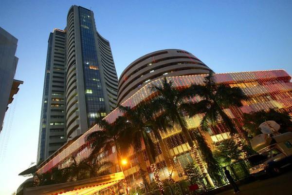 शेयर बाजार में बढ़ी गिरावट, सैंसेक्स 33200 और निफ्टी 10300 के नीचे