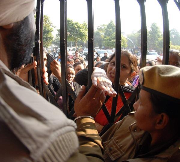 ई.जी.एस. अध्यापकों ने डी.सी. कार्यालय का रास्ता रोक किया प्रदर्शन