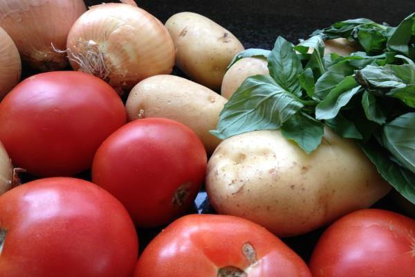 टमाटर और प्याज की बढ़ीं कीमतें, बिगड़ा सब्जी का जायका