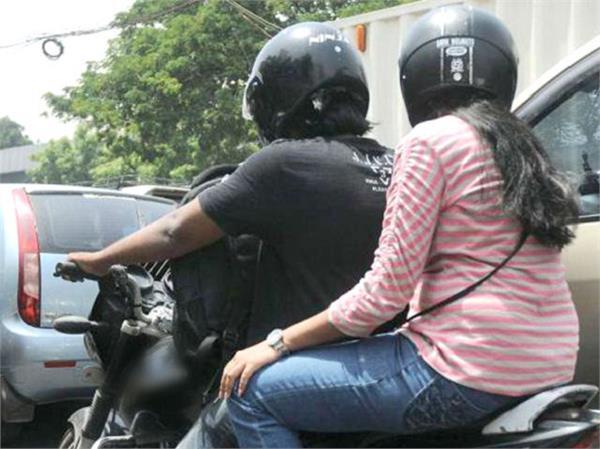 बाइक पर पीछे बैठने वालों के लिए सख्त हुआ कानून, आज से पहनना ही पड़ेगा हेलमेट