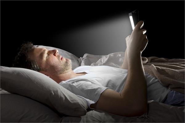 क्या आप भी अंधेरे में करते हैं स्मार्टफोन का इस्तेमाल, जान लें इसके Side Effects