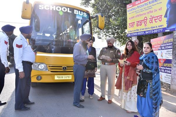 स्कूली बसों पर चला प्रशासन का डंडा, 14 के काटे चालान