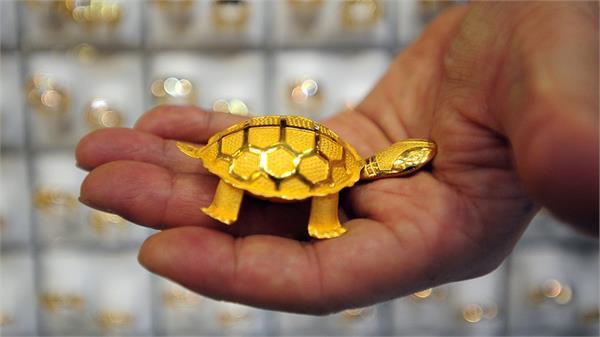 सोने मे तेजी, चांदी की कीमतों में गिरावट