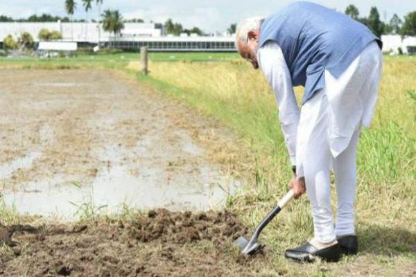 फिलीपींस में पीएम मोदी ने धान के खेत में चलाया फावड़ा
