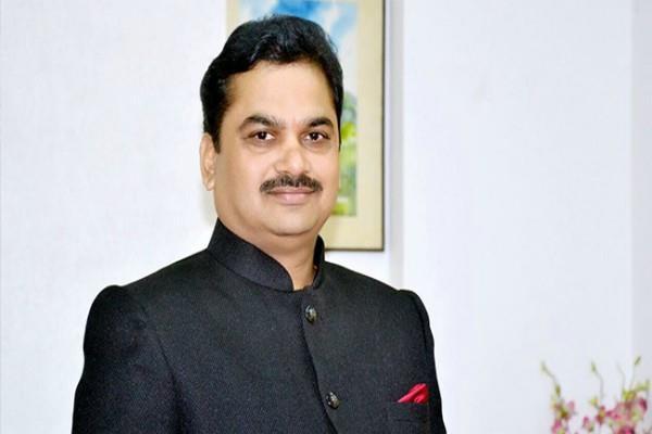 सड़क किनारे खुले में पेशाब करते दिखे महाराष्ट्र के मंत्री