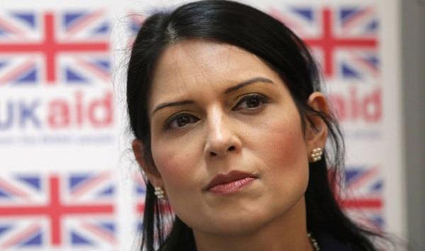अफ्रीका दौरा बीच में छोड़ ब्रिटेन लौटी मंत्री प्रीति पटेल, दिया इस्तीफा