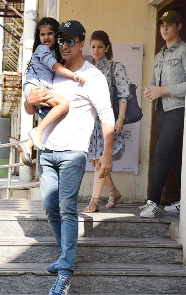 फैमिली के साथ मूवी डेट पर पहुंचे अक्षय कुमार, देखिए तस्वीरें