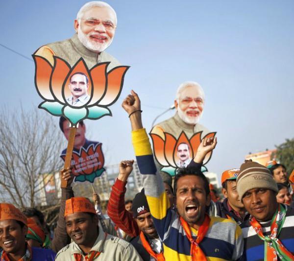 गुजरात चुनाव: BJP और कांग्रेस ऐसे लुभा रही वोटर्स को