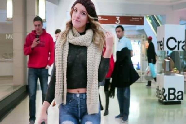 बिना कपड़ों के ही मॉल में घूमती रही लड़की, फोटो हुई वायरल