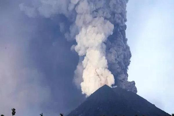 ज्वालामुखी में भीषण गुबार, 24 घंटों के लिए हवाई अड्डे बंद