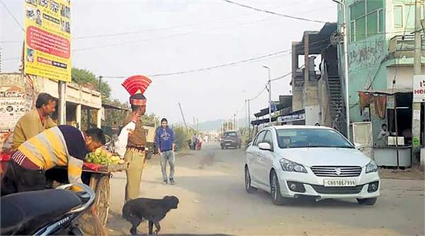 चंडीगढ़-IG की बेटी की शादी में ट्रैफिक पुलिस की भूमिका निभाते दिखे BSF के जवान