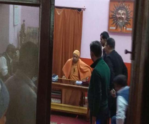 CM योगी ने गोरखपुर में लगाया जनता दरबार, 350 से अधिक फरियादियों की सुनी फरियाद