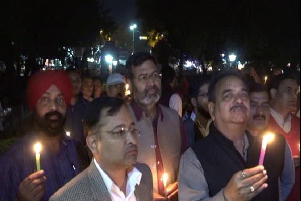 नोटबंदी में मारे गए लोगों की याद में कांग्रेस का कैंडल मार्च