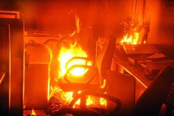 बैंक में लगी अाग, सारा सामान जलकर खाक