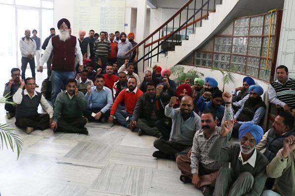 वेतन न मिलने से भड़के निगम मुलाजिमों ने किया प्रदर्शन