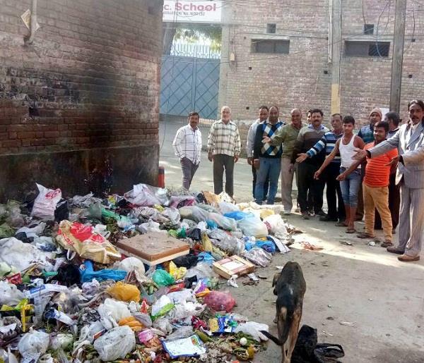 स्कूल के समक्ष लगे कूड़े के ढेर खोल रहे हैं स्वच्छ भारत अभियान की पोल