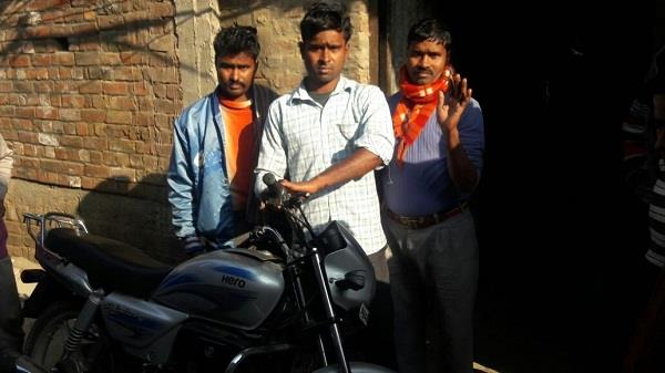 प्रवासी मजदूरों को हथियारों के बल पर लूटा