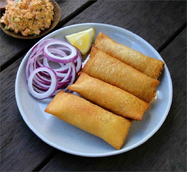 स्नैक्स में बनाकर खाएं और खिलाएं टेस्टी Dahi Bread Roll