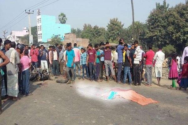 सड़क दुर्घटनाः बाइक टैंकर की जबरदस्त टक्कर, 3 की हुई मौत