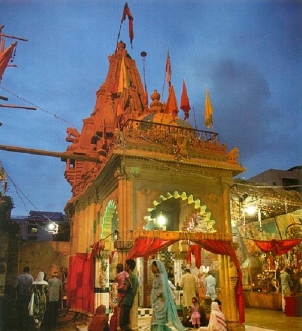 बहुत फेमस हैं पाकिस्तान के ये मंदिर, दूर-दूर से माथा टेकने आते हैं लोग