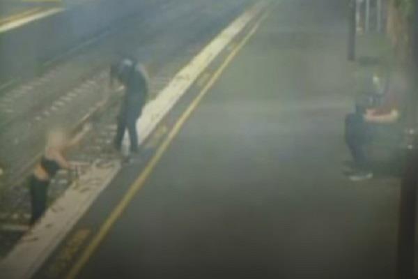 रेलवे ट्रैक पार कर रही महिला का हुआ मौत से सामना, देखिए कैसे बची जान