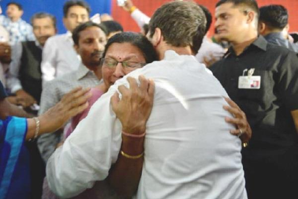 महिला प्रोफेसर का दर्द सुन भावुक हुए राहुल, लगा लिया गले