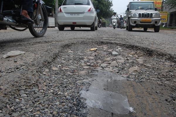 सड़क के बीच गहरे गड्ढे बने वाहन चालकों के लिए खतरा, कभी भी हो सकती है अनहोनी
