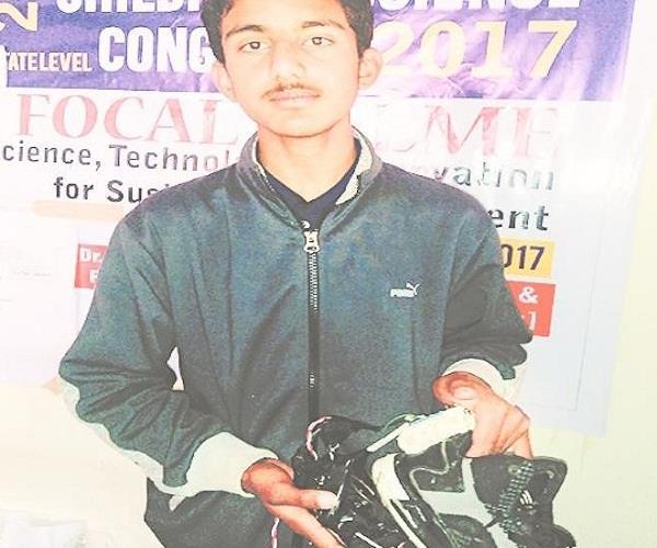 11वीं के छात्र का ऐसा कारनामा, जूतों से पैदा कर दिखाई बिजली